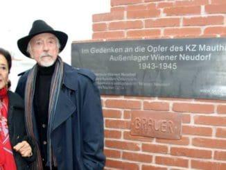 Arik Brauer steht vor dem Mahnmal, das er für Wiener Neudorf entworfen hat