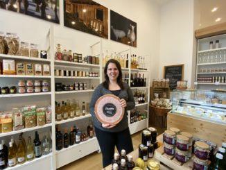 Geschäftsinhaberin Schedler in ihrem Laden Grundbira