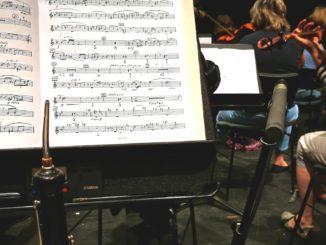 Notenpult und Mikrofon während Orchesterprobe