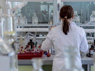 Eine Wissenschafterin hantiert in einem Labor