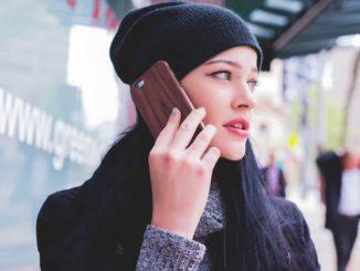 Eine junge Frau telefoniert mit einem Handy