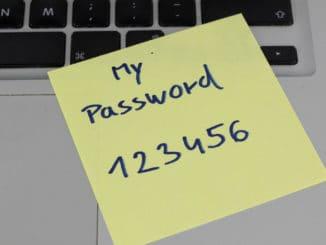 Passwort 123456 geschrieben auf einem Klebezettel