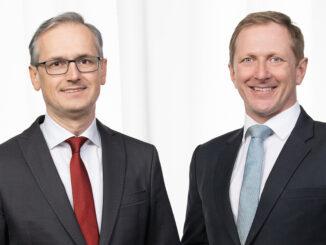 Zwei Männer mit Anzug und Krawatte