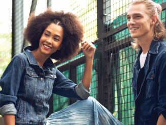 Zwei junge Menschen in Jeans-Bekleidung