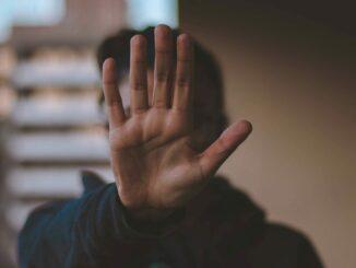 Eine ausgestreckte Hand, die ein Stopp-Zeichen macht