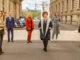Sechs Personen auf einer Straße