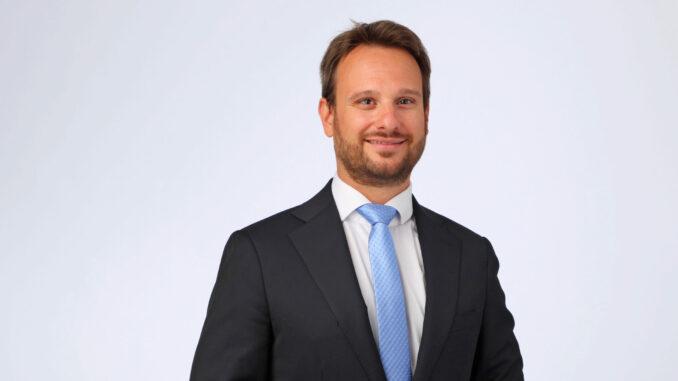 Neuer Pressesprecher VÖZ Roman Vonderhaid im Anzug