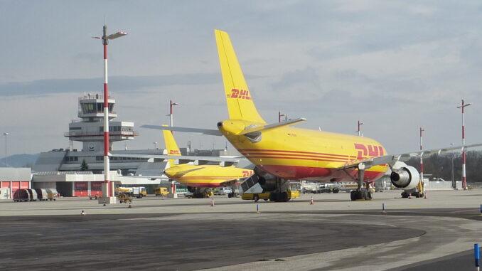 Gelbes DHL Flugzeug auf der Landebahn