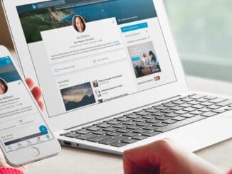 Ein Smartphon und ein Laptop, auf denen LinkedIn geöffnet ist