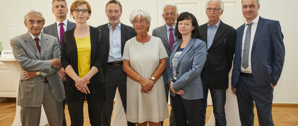 Eine Gruppe von zwölf Frauen und Männern