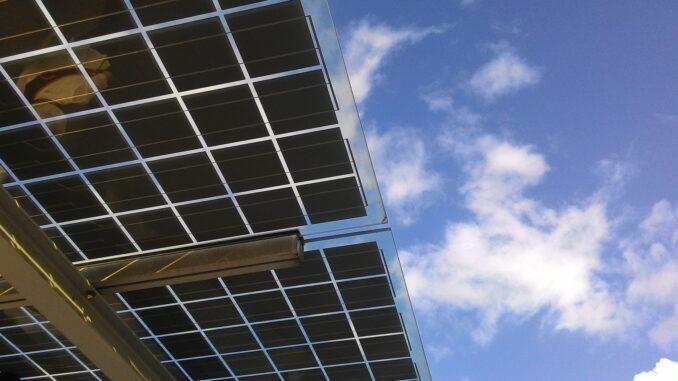 Ein Solarpanel vor blauem Himmel