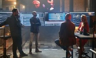 vier Menschen vor Bildschirmen