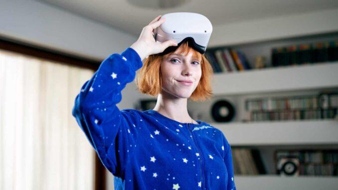 Junge Frau mit VR-Brille