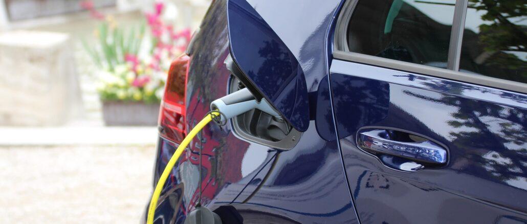 Ein E-Auto wird aufgeladen