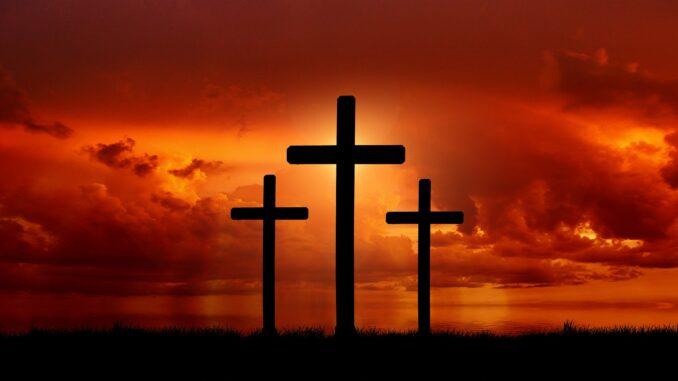 drei Kreuze vor einem Abendhimmel