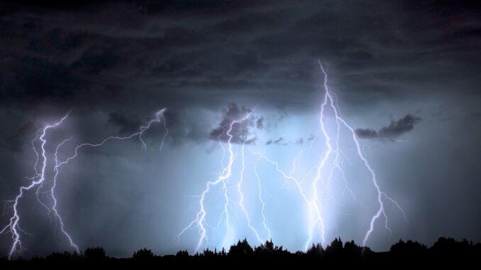 Blitze und Wolken