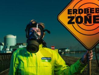Ein Mensch mit Schutzmaske vor dem Atomkraftwerk Krsko