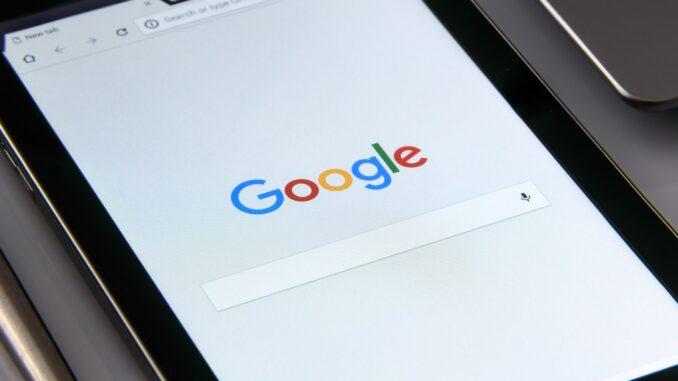 Smartphone mit Google-Suchfenster