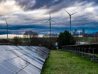 Solarpaneele und Windräder
