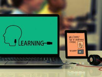 """Ein offener Laptop mit Text """"Bildung"""""""