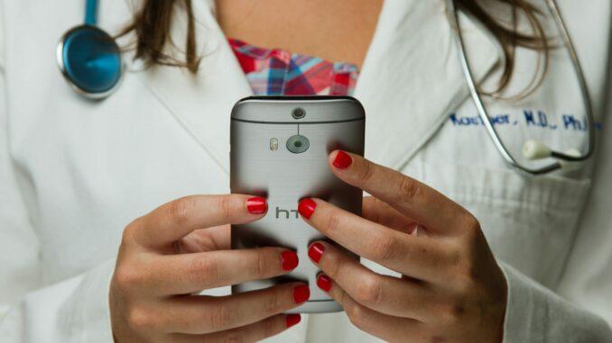 Telemedizin: Ärztin mit Handy